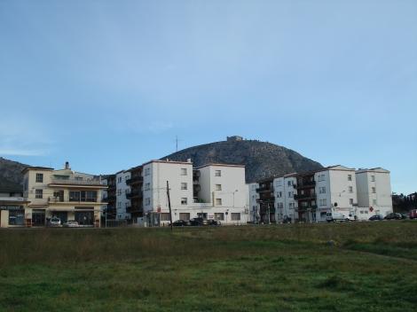 Blocs de pisos a Ullà. La vegetació i el color poden reduïr la contaminació visual i la integració amb el paisatge. Foto: L.A.