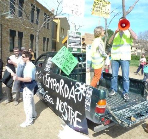 Segona manifestació de la plataforma SOS Empordanet i Associació de veïns i fills de Forallac per aturar la macro-planta i futur Eco-Park dels Clots de Sant Julià. Ullastret, Vullpellac. Es talla la carretera